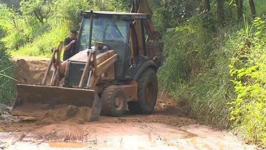 Moradores se unem para arrumar estrada que dá acesso ao Capuava em Mairinque