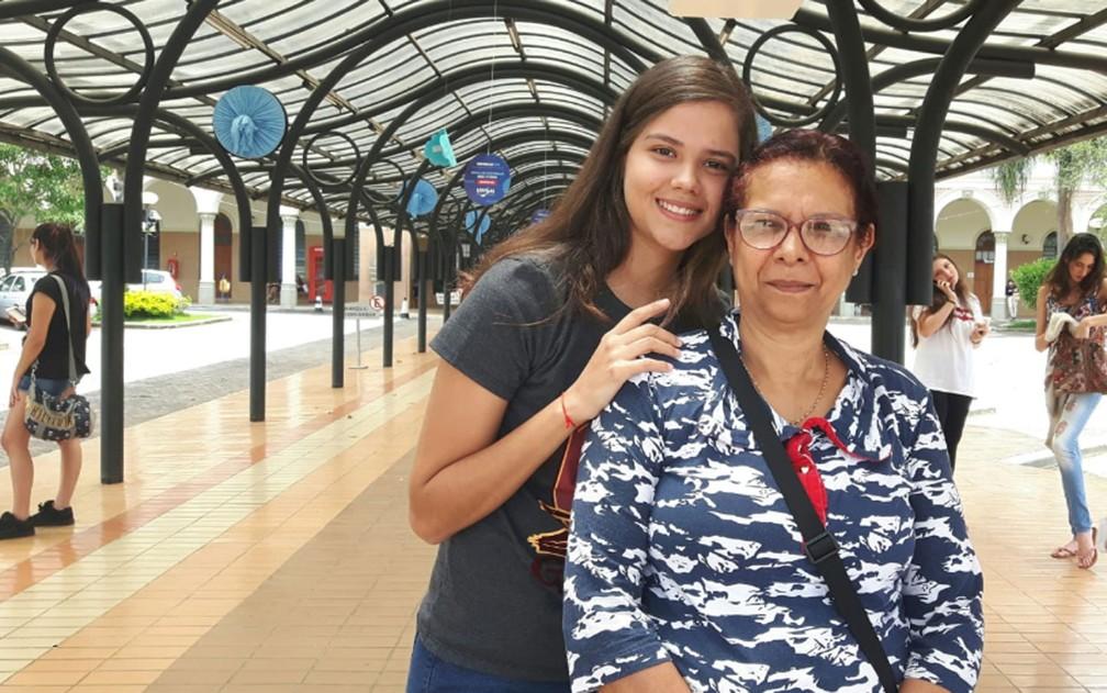 ENEM 2018 - DOMINGO (4) – CAMPINAS (SP):  Jade Costa Madrid, 17 anos,  ao lado da mãe, Sandra Mara Queiroz Costa, em Campinas — Foto: Bruna Pereira/G1