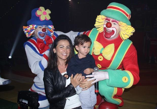 Suzana Alves e o filho, Benjamin, com Patati Patatá (Foto: AgNews)