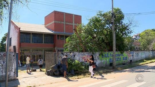 Comunidade protesta com mutirão de limpeza contra fechamento de escola na Zona Sul de Porto Alegre