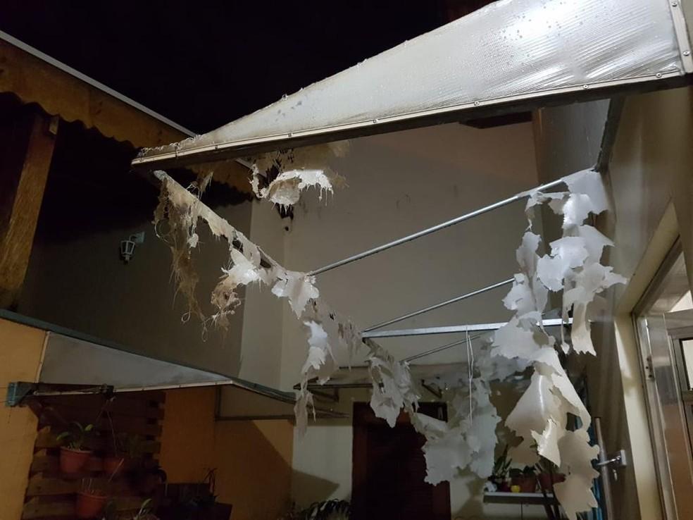 Toldo danificado em casa no Jardim Tannus, em Jundiaí — Foto: Arquivo Pessoal/Tatiana Nakamura