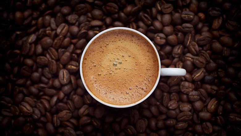 café xicara grãos (Foto: Getty Images/iStockphoto)