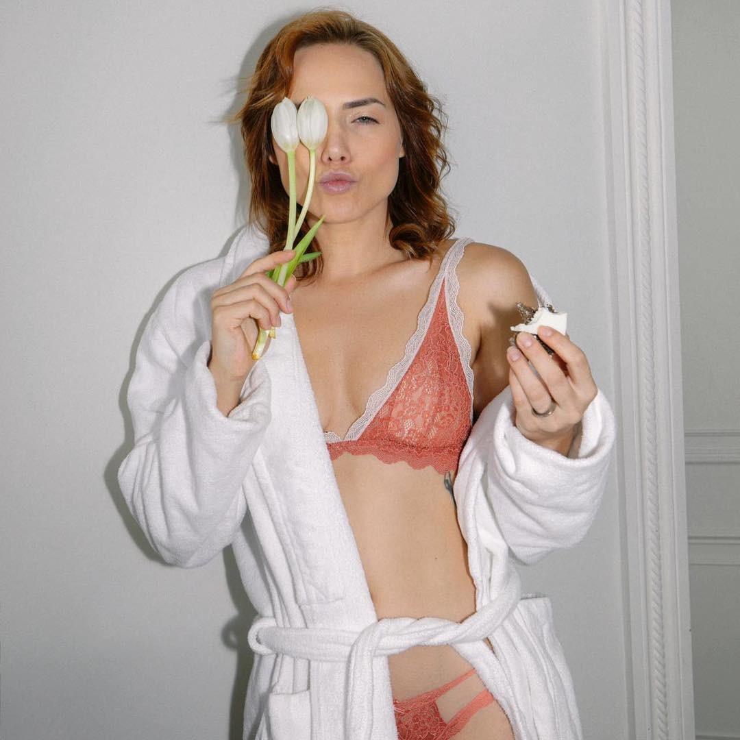 Letícia Colin posa de lingerie e recebe elogios na web - Vogue