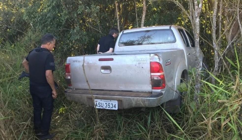 Caminhonete usada pelos assaltantes foi abandonada em matagal — Foto: Agência da Notícia