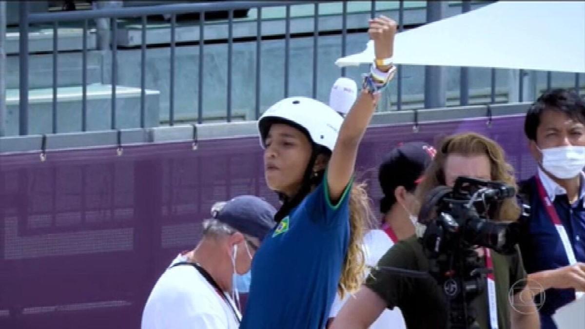 Rayssa Leal conquista prata no skate e se torna a medalhista olímpica mais jovem do Brasil