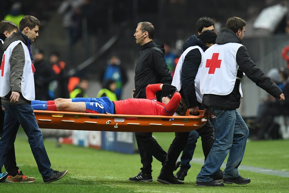 Mário Fernandes deixa jogo do CSKA de maca — Foto: AFP