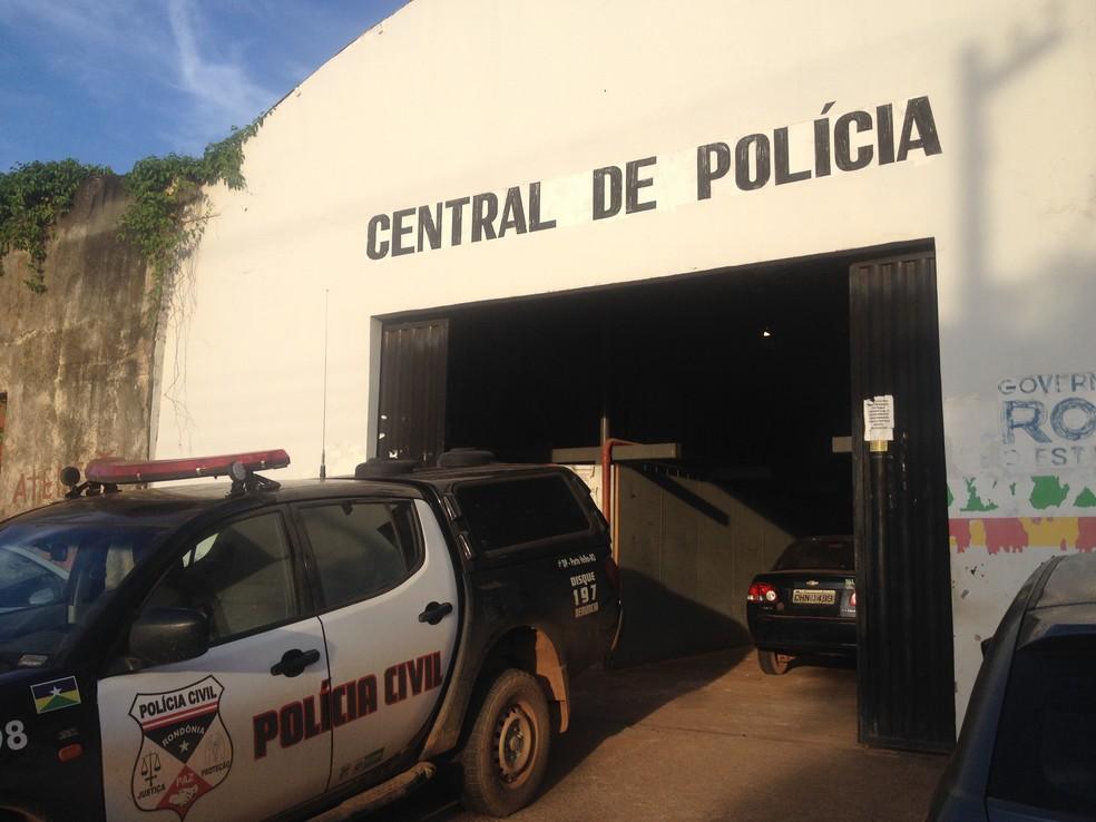-  Suspeitos presos por tentativa de homicídio foram levados para a Central de Flagrantes de Porto Velho  Foto: Hosana Morais/G1