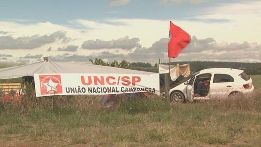 São Carlos: grupo da União Nacional Camponesa desocupa fazenda da Embrapa