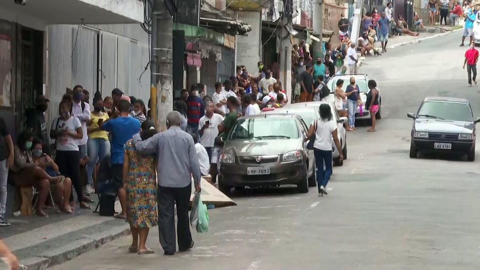 Fila para agência da Caixa em Duque de Caxias nesta segunda (27) — Foto: Reprodução/TV Globo