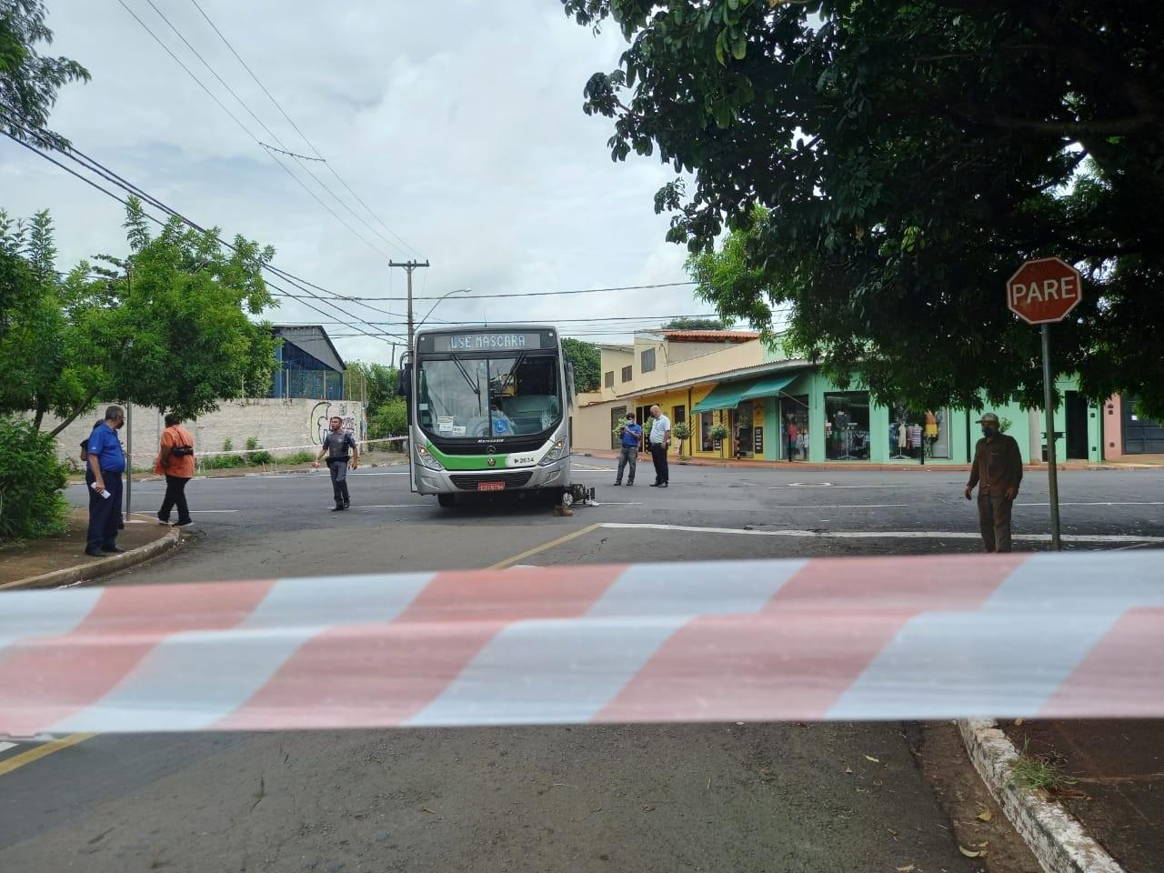 Motociclista fica ferido após se envolver em acidente com ônibus em Ribeirão Preto, SP