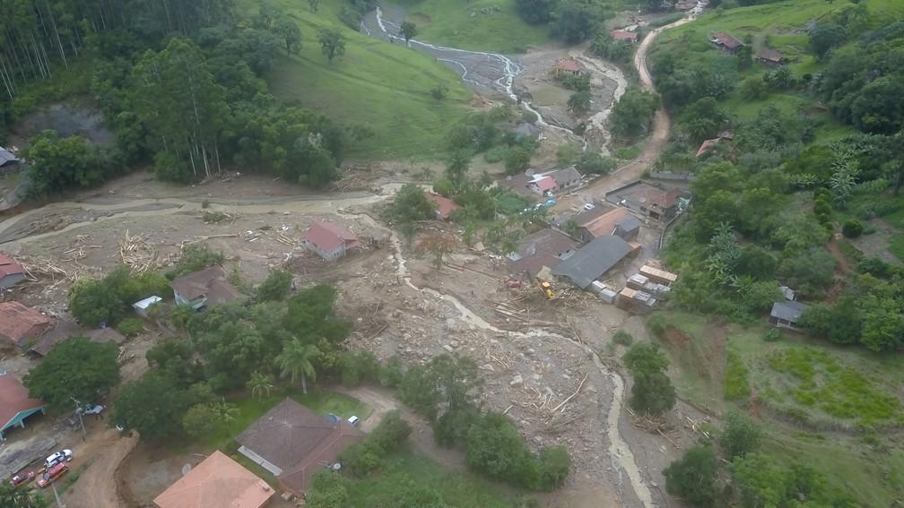 Enxurrada destruiu casas em Presidente Getúlio,SC, e deixou mortos e desaparecidos — Foto: Patrick Rodrigues/NSC