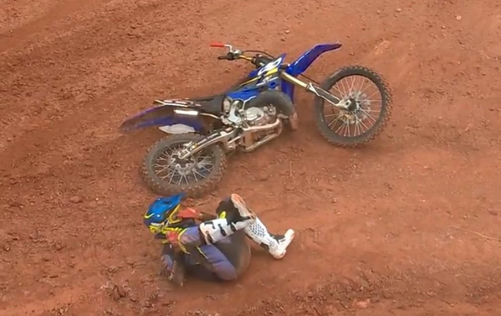 Joaninha cai durante o Duelo de Motos  — Foto: Reprodução/TV Globo