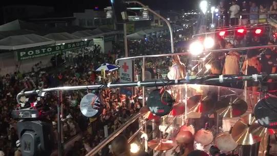 Claudia Leitte homenageia policiais militares na Micareta de Feira de Santana