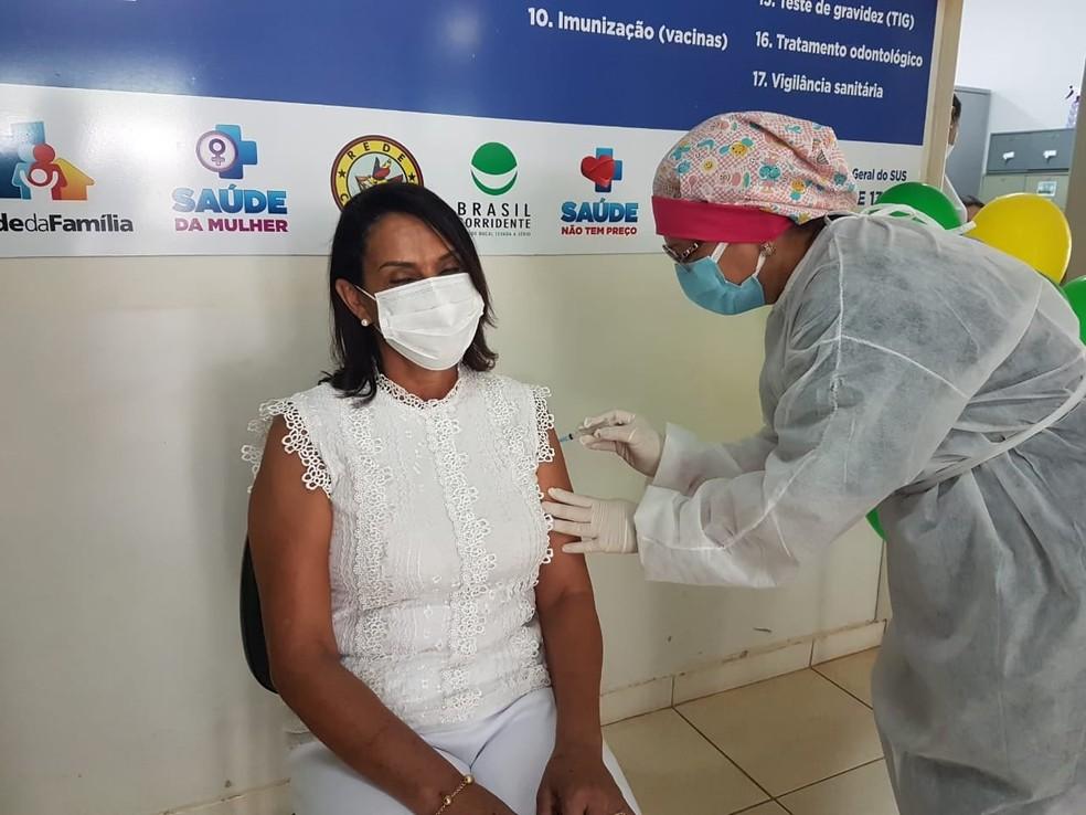 Profissional de saúde sendo vacinada com a CoronaVac em Rubiácea — Foto: Divulgação/Prefeitura de Rubiácea