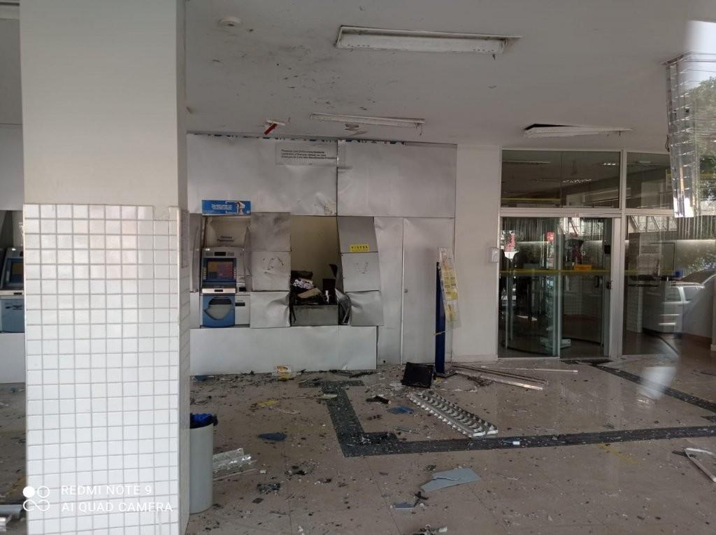 Ladrões arrombam agência bancária e explodem caixa eletrônico em MT