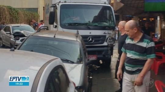 Caminhão invade calçada próximo a clientes de bar após colisão no Centro de Ribeirão Preto