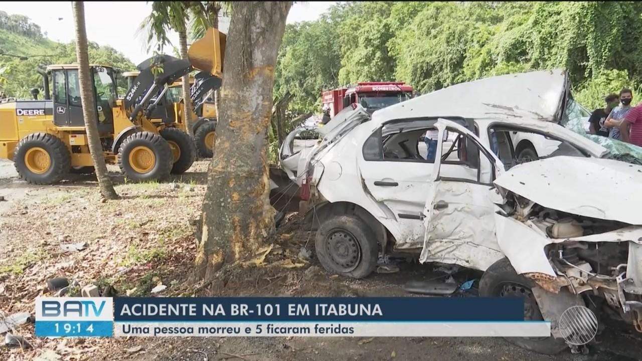 Uma pessoa morre e outras cinco ficam feridas depois de carro onde estavam bater em árvore