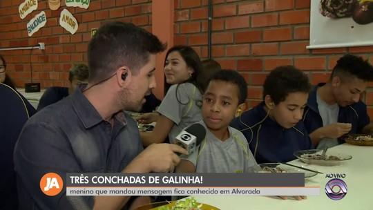 Menino viraliza com frase 'três conchadas de galinha' ao enviar áudio sobre merenda escolar em Alvorada