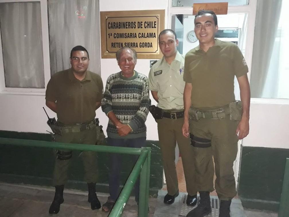 """Com os amigos """"carabineros"""" do Chile, que hospedaram Alberto no batalhão — Foto: Arquivo pessoal/Alberto Carlos Fröhlich"""