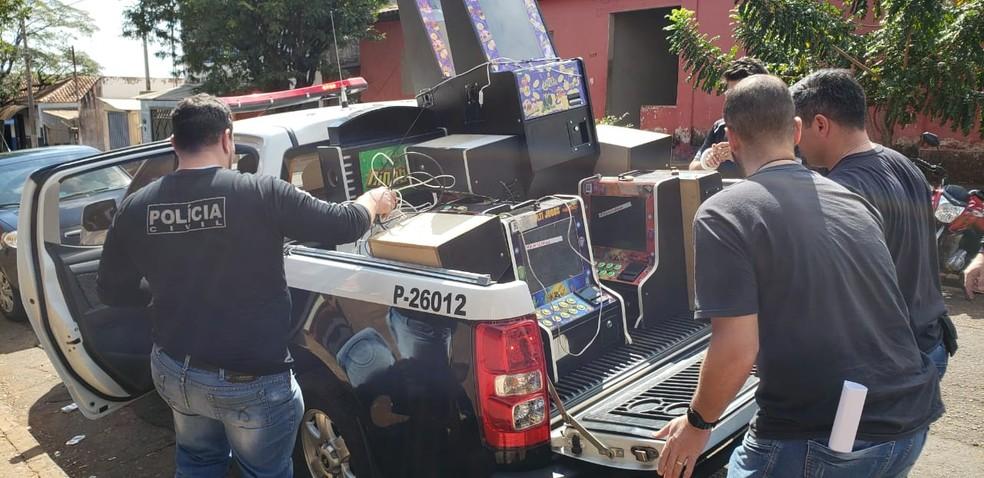 Seis viaturas da polícia participaram da operação que carregou 19 máquinas em Potunduva — Foto: Polícia Civil / Divulgação
