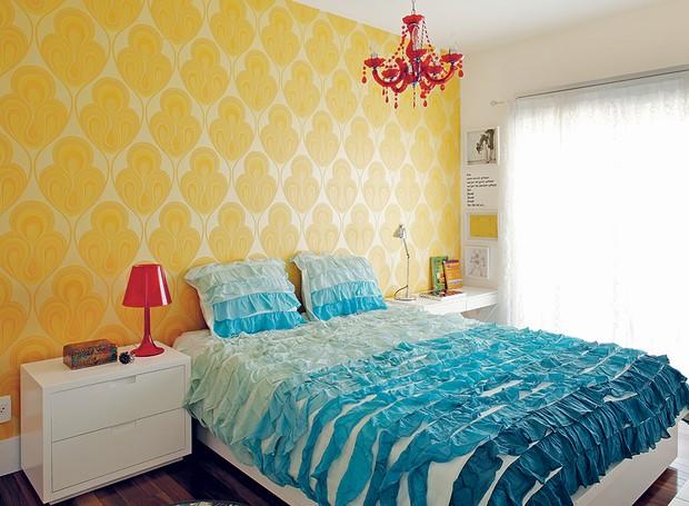 O quarto da empresária Adriana Gama é estiloso: tem papel de parede do site Wallpaper From The 70's e colcha da Urban Outfitters, ambos comprados pela internet. Projeto da arquiteta Gabriela Marques (Foto: Victor Affaro/Casa e Jardim)