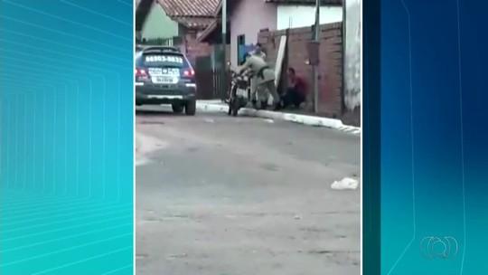 Vídeo mostra policial agredindo motociclista com tapas e chutes durante abordagem