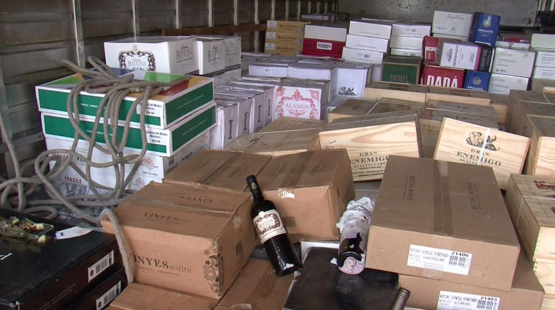 Homem é preso suspeito por carregamento de 3,5 mil garrafas de vinhos sem documentação, em Ampére