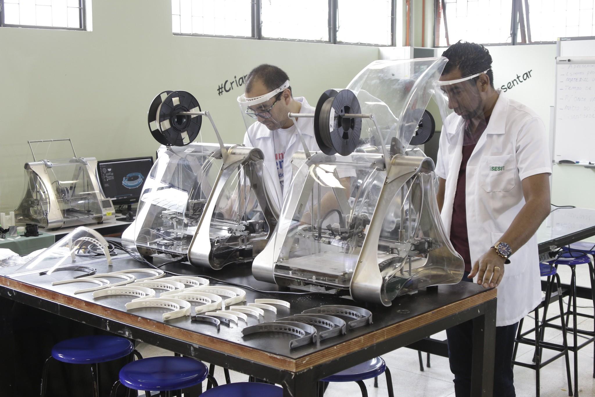 Professores produzem máscaras em impressora 3D para doar a profissionais de saúde no DF