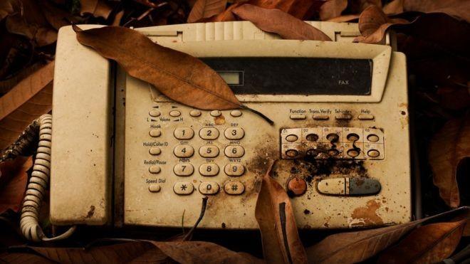 Anterior à época digital, máquina de fax continua em uso em grandes empresas (Foto: Getty Images via BBC News Brasil)