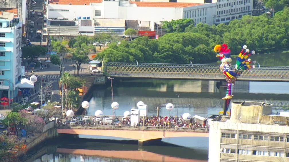 Galo gigante na Ponte Duarte Coelho, no Centro do Recife, nesta sexta-feira (21) — Foto: Reprodução/TV Globo