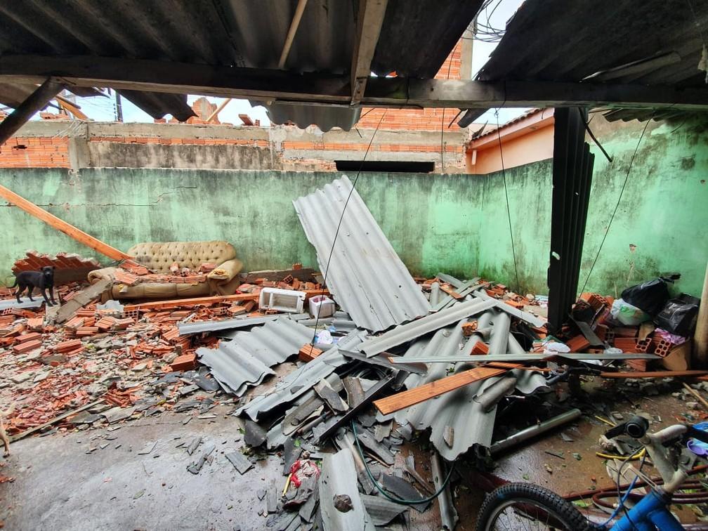 Cobertura de casa foi destruída após temporal em Bandeirantes — Foto: Kathulin Tanan/RPC