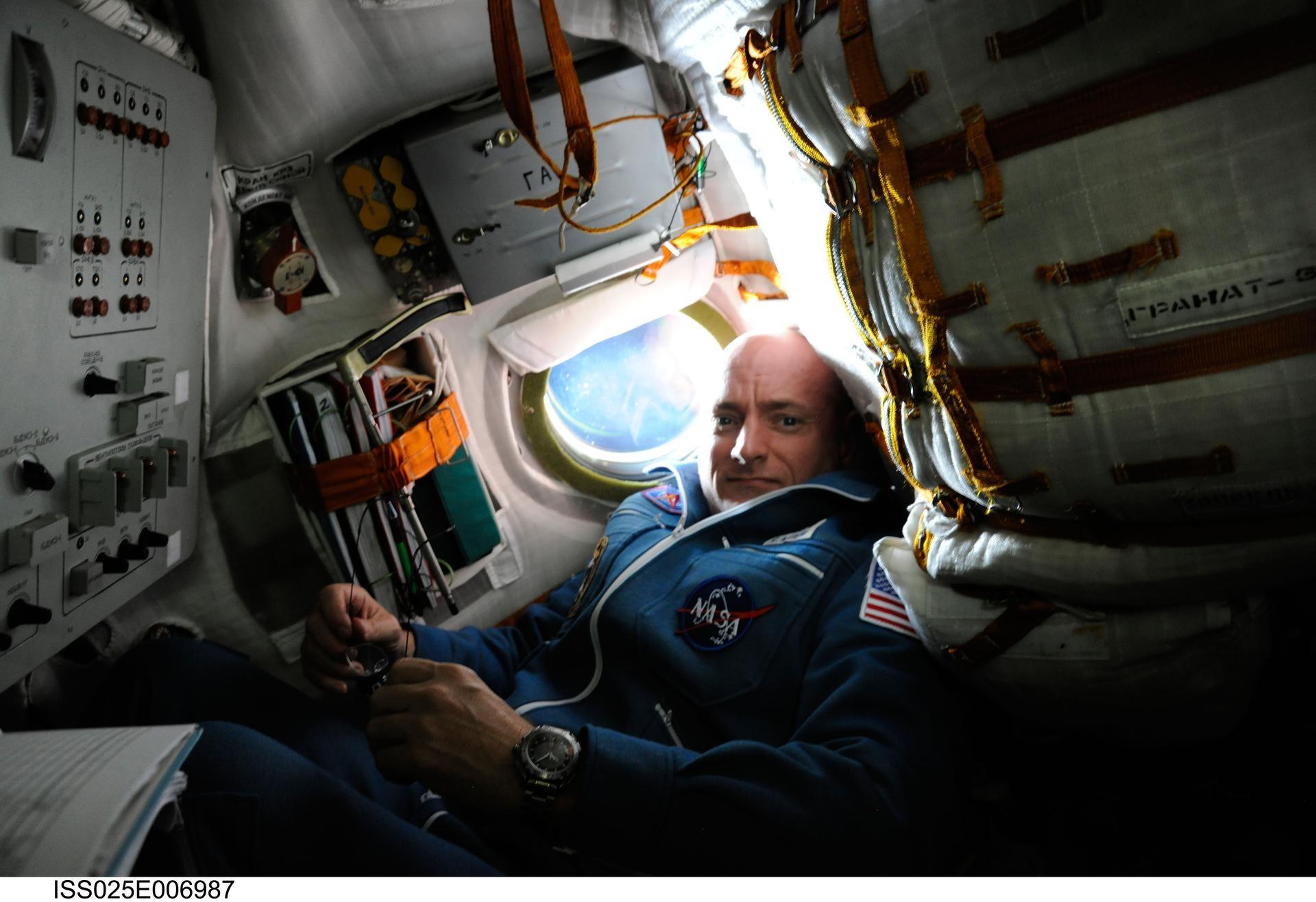 Scott Kelly, astronauta da NASA, dentro da Soyuz TMA-01M, em foto de outubro de 2010 (Foto: NASA)