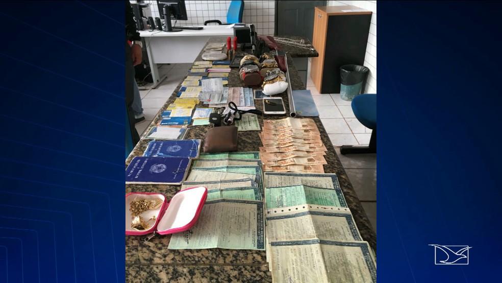 -  No interior da casa foram encontrados vários objetos como armas, cheques, cartões, documentos, joias e dinheiro.  Foto: Reprodução/ TV Mirante