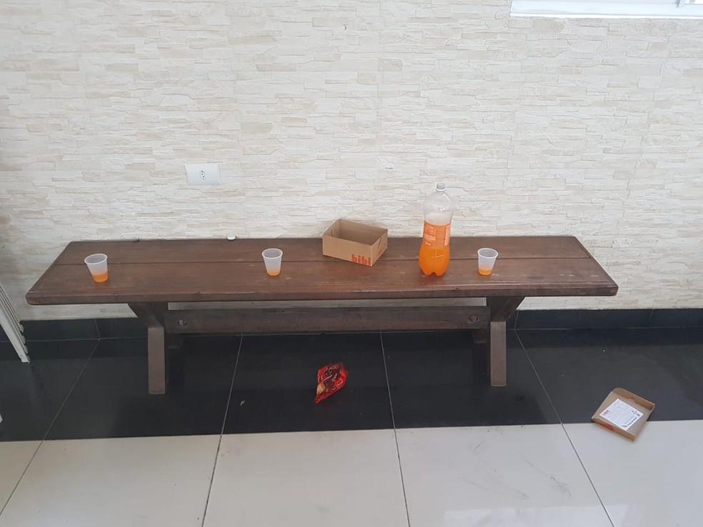Assaltantes deixaram garrafa de refrigerante e embalagem de biscoito em paróquia arrombada na Zona Norte do Recife — Foto: Reprodução/WhatsApp