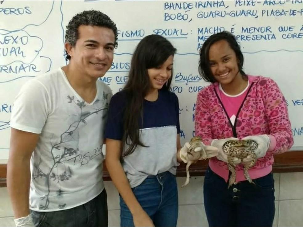 Professor Paulo César com alunas durante aula prática com os sapos (Foto: Divulgação/Paulo César )