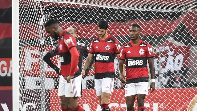 Jogadores do Flamengo lamentam gol da LDU