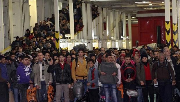 Refugiados e imigrantes no Porto de Kavala, na Grécia (Foto: Agência EFE)