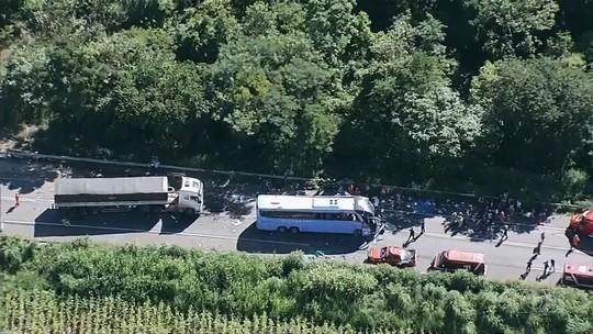 Ônibus e carretas se envolvem em acidente grave e deixam mortos e feridos na BR-020, em Formosa