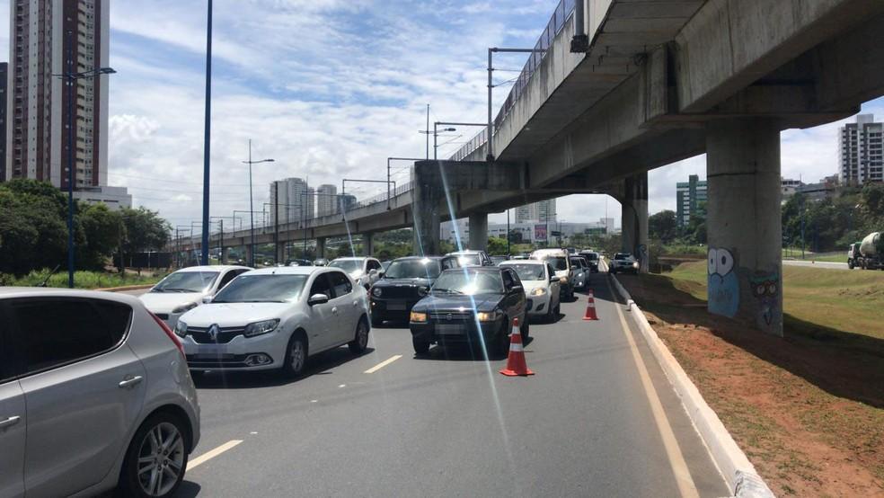 Ainda de acordo com a Transalvador, o trânsito estava lento na região por volta de 11h. Apesar do veículo não estar na via, muitos motoristas têm reduzido a velocidade por conta da curiosidade.  — Foto: Camila Oliveira / TV Bahia