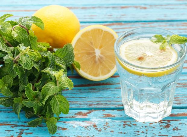 Mitos e verdades sobre a água com limão (Foto: Thinkstock)