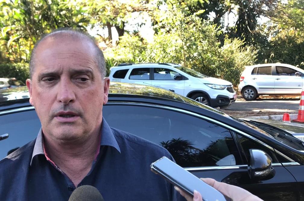 Ministro da Casa Civil conversa com a imprensa após se reunir com Rodrigo Maia na residência oficial da presidência da Câmara — Foto: Guilherme Mazui, G1