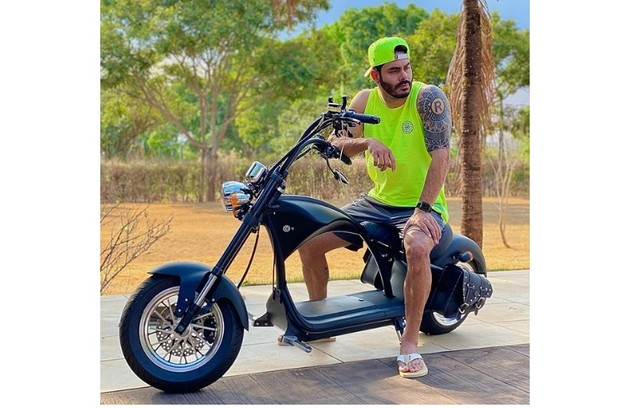 Além do carro, o sertanejo tem uma moto (Foto: Reprodução)