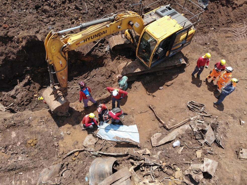 Bombeiros localizaram corpo em Brumadinho neste sábado (19) — Foto: Corpo de Bombeiros/Divulgação