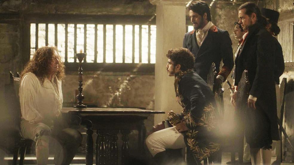 Dom Pedro (Caio Castro) faz acordo de delação premiada com Sebastião (Roberto Cordovani), em 'Novo Mundo' — Foto: TV Globo
