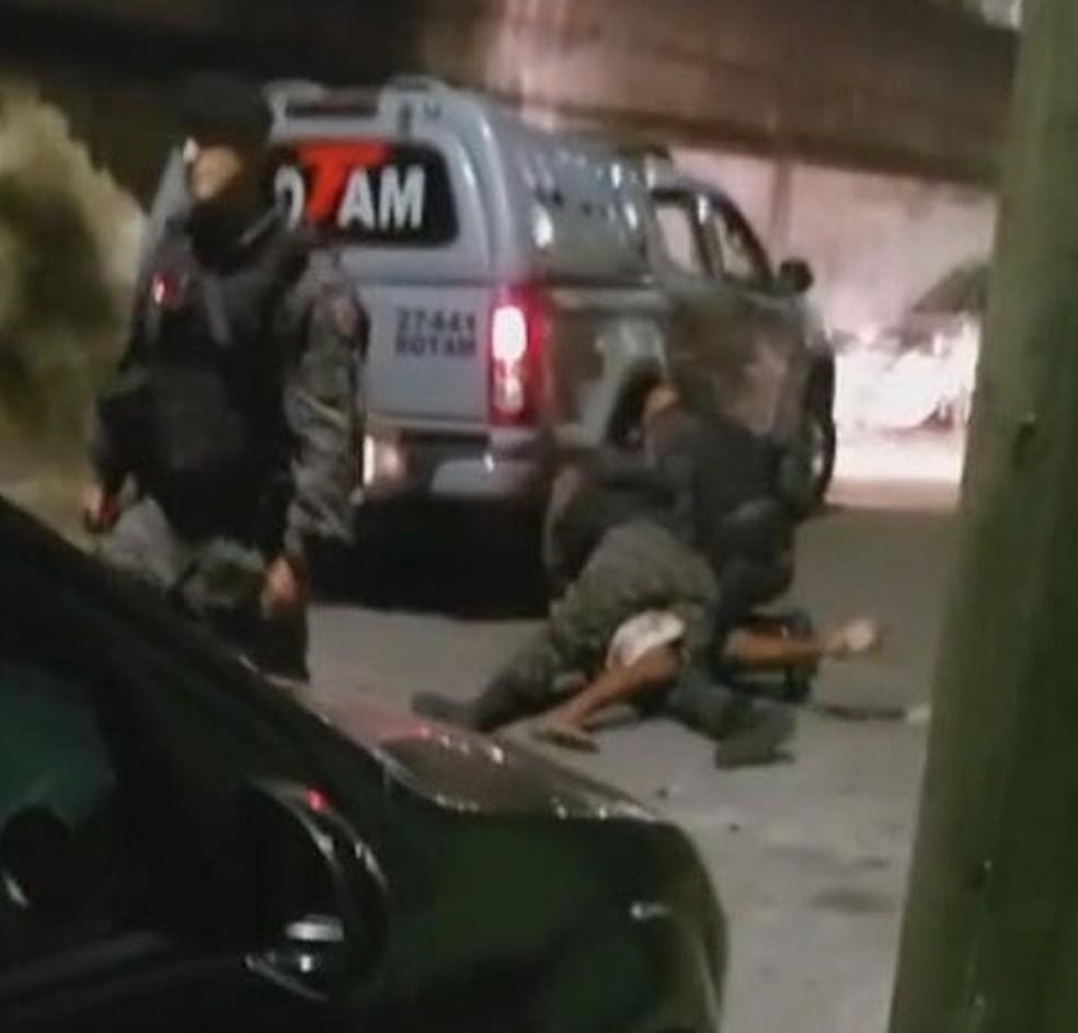 Policiais imobilizam Wesley Melo Vítor que estava desarmado, segundo moradores — Foto: Reprodução/TV Globo