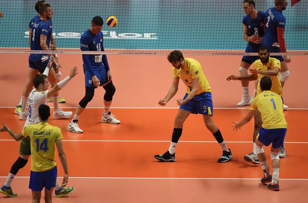 Brasil festeja ponto contra a Sérvia (Foto: Divulgação/FIVB)