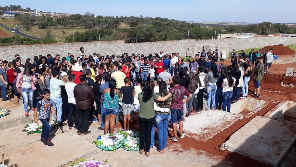 Músicos foram enterrados neste domingo (21) em Ibitinga — Foto: Romeu Neto/TV TEM