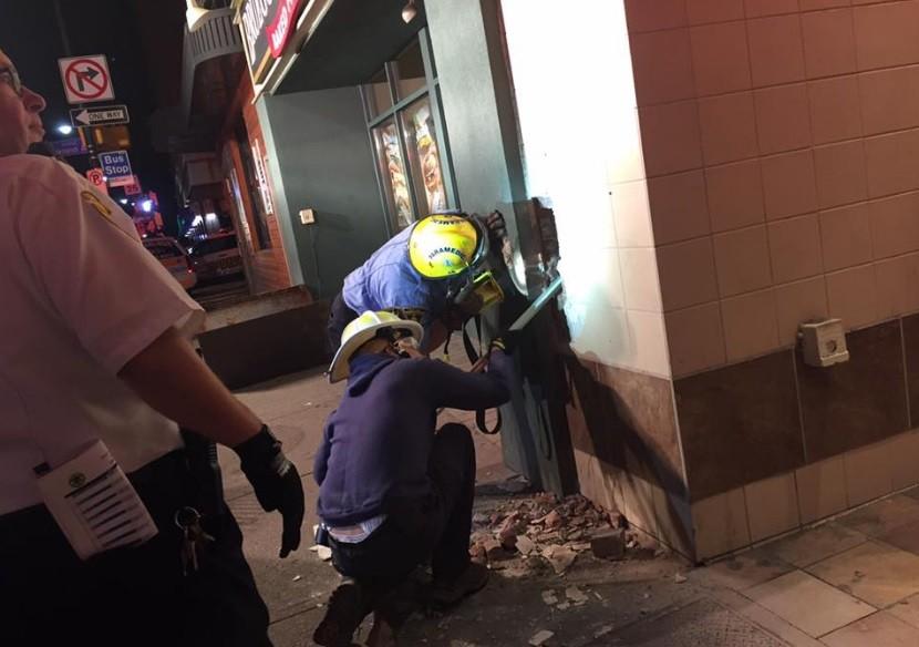 Bombeiros trabalham na parte externa do prédio