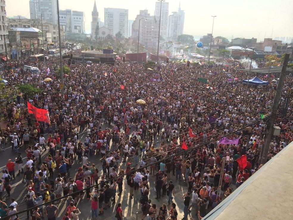 Manifestantes contrários a Jair Bolsonaro se concentraram no Largo da Batata, em São Paulo — Foto: Roney Domingos/ G1
