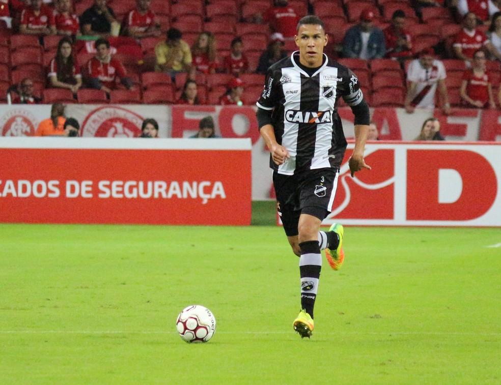 Capitão do ABC, Oswaldo é formado nas categorias de base do Sport e usa experiência do ex-clube para enfrentar o Santa Cruz (Foto: Andrei Torres/ABC)